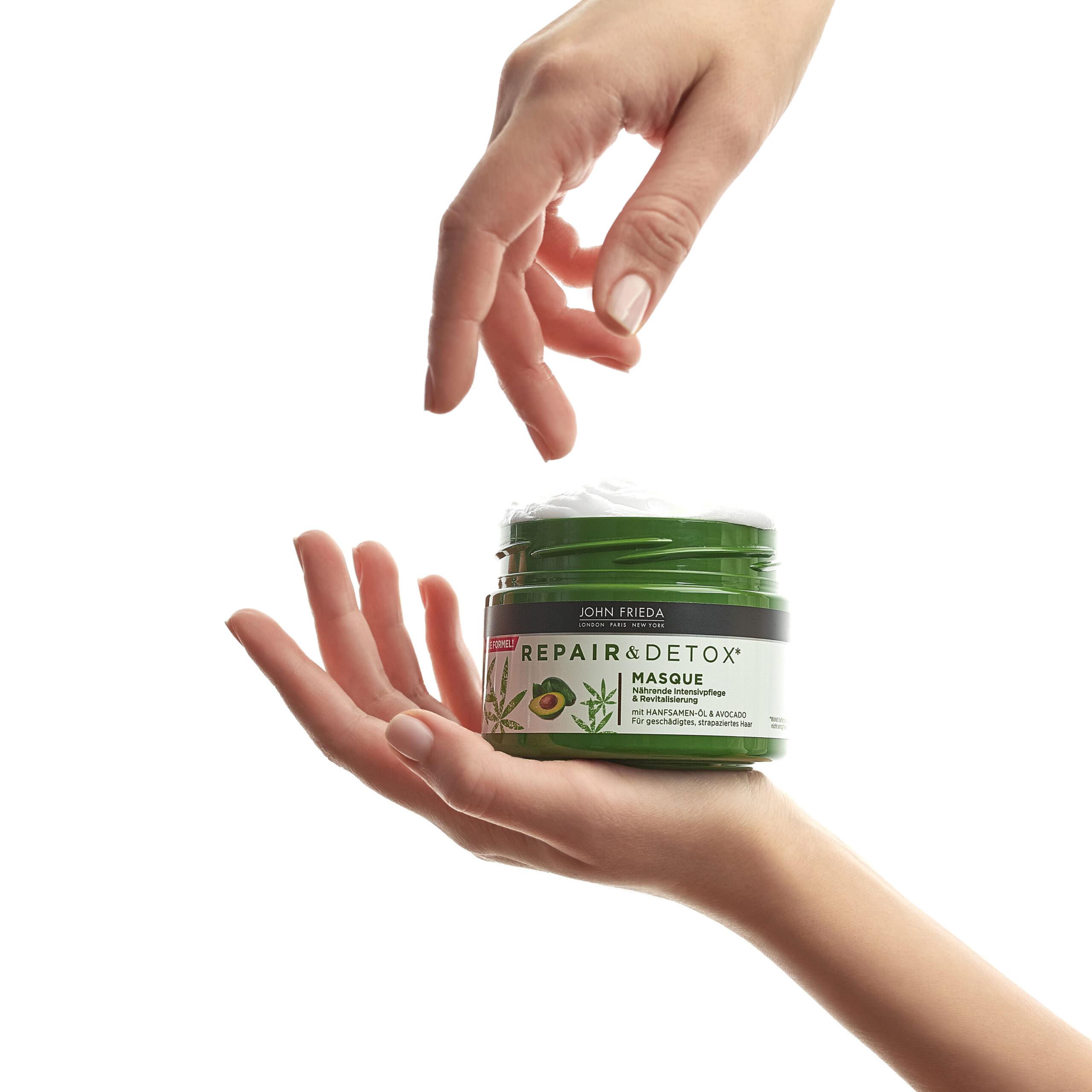 kosmetik in der hand